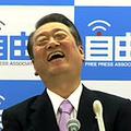 田原総一朗氏の質問に声をあげて笑う小沢氏