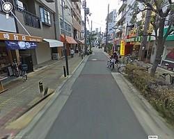事件が発生した商店街(Googleストリートビューより)。男は刃物を手に、早朝の商店街をのし歩いた (C)Google