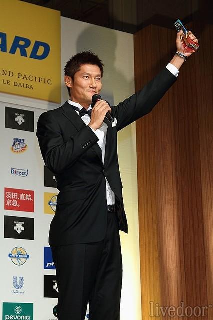 「ビーチバレー最高!」と雄叫びをあげる朝日健太郎。流暢にスピーチを行い、笑いもとり、ご両親も壇上に上げ、引退後のタレント活動も安泰か?(笑)