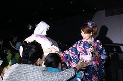 笑顔でファンに応じる東村アキコ