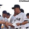 試合前に握手を交わす米国代表のジョージ・ホートン監督(左)と日本代表の横井人輝監督【写真:Getty Images】