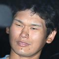 殺人未遂と銃刀法違反の疑いで送検され、小金井署を出る岩埼容疑者