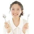 もう二度と一緒に食事したくない! 男子がドン引きする「女子の食事中の言動」