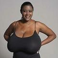 爆乳を人並のサイズにと手術を受けた女性(画像はdailymail.co.ukのスクリーンショット)