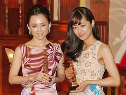 映画『八日目の蝉』でそれぞれ最優秀賞を受賞した井上真央と永作博美