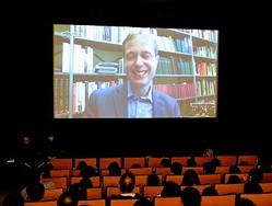 スカイプでライブ出演し観客からの質問などに応えたメンノ・フィツキ氏