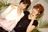 左より前田敦子、篠田麻里子