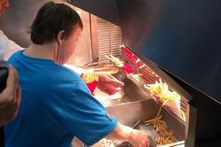 勤続32年−ダウン症女性の退職の日、100人以上の人々が店を訪れた