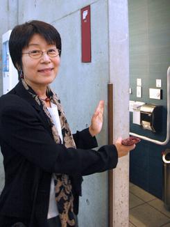 ブースを囲む約15センチのコンクリート壁の厚みが、外部から完全に遮断して一人になってホッとできる空間を作ると説明する設計者の小林さん。16日、東京都千代田区のJR秋葉原駅中央改札口横の有料公衆トイレ「オアシス@akiba」で。(撮影:佐藤学)