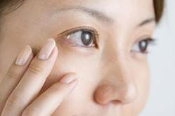 くすんだ顔色撃退! 働く女子の約2人に1人が悩む、目のクマ解消法4つ