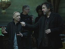 キャスト・スタッフに指示を出すティム・バートン監督(右)  - (C) 2012 VILLAGE ROADSHOW FILMS (BVI) LIMITED
