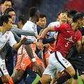試合後、済州の選手に追い回されたDF槙野智章が走って逃げる