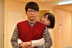 第10話で後ろからギュッと抱きつくみくりに「かわいすぎるんでが……」と悶絶する平匡  - (C)TBS