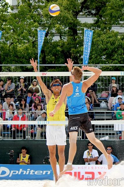 身長200cmケーシー・パターソン(右)と身長199cm朝日健太郎(左)のネット際の対決。最高到達点は332cm(ケーシー)と330cm(朝日)だ (撮影:小崎仁久)
