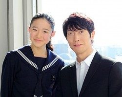 父と娘を演じた佐々木蔵之介と藤野涼子  - 写真:高野広美