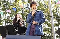 名曲「夏の終りのハーモニー」を披露する大泉洋&安藤裕子  - (C) 2014『ぶどうのなみだ』製作委員会 配給:アスミック・エース