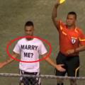 超ゴール直後に「プロポーズ」した選手、イエローカード貰う