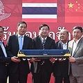 中国メディアの環球網は25日、中国とタイが契約した鉄道建設事業で、タイ政府が中国に投資を増額する方針と伝えた。同記事は「プロジェクトには不確実性があることが明らかになった」と評した。(イメージ写真提供:(C)pixbox/123RF.COM。中国からタイへのディーゼルエレクトリック方式機関車の引き渡し式典、2015年1月13日撮影)