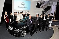 新型Cクラス クーペを囲むスピークス社長、上野副社長、モデルたち