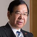 しい・かずお  1954年、千葉県生まれ。東京大学工学部物理工学科を卒業後、80年に日本共産党の東京都委員会に入る。82年に党中央委員会に転じ、90年には同書記長に選出される。93年に衆議院選挙で初当選。2000年、同幹部会委員長となる。幼少時の夢は音楽家になることだった。気分転換はクラシック音楽の鑑賞で、いつも持ち歩くiPadにはたくさんの楽曲や譜面が入っている。愛読書はロマン・ロランの『ベートーヴェンの生涯』。ミュージカルは家族で観る。Photo by Shinichi Yokoyama
