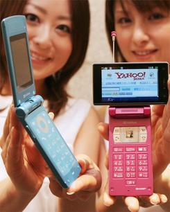 20日に発表されたソフトバンクの新携帯端末。厚さ11.9mmの「707SC」(左)と、アクオスケータイ「911SH」(撮影:吉川忠行)