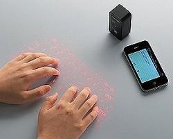 机上に投影されたキーで文字入力が可能(使用イメージ)