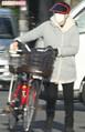 厚手のコートを羽織り、サンバイザーにマスク姿で帰宅した淳子。娘と買い物に出かけていた