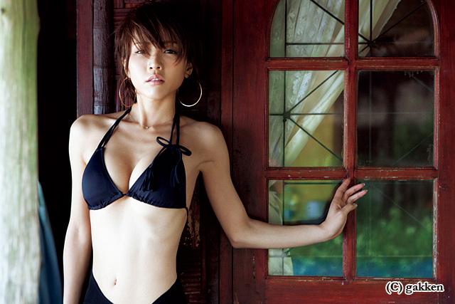 女優・釈由美子、10年ぶりの水着写真集「婚活に使います」
