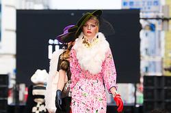 新宿の街が巨大ランウェイに<br> 百貨店や服飾学生がストリートファッションショー