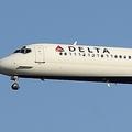 デルタ航空機でコックピット扉が故障。機長が席に戻れず(画像はデルタ航空MD-90型機)