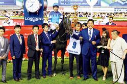 勝利後、記念写真を撮る佐々木氏とヴィブロス。ちなみに、佐々木氏は身長190cm。加奈子夫人は157cm。ヴィブロスは体重428kg