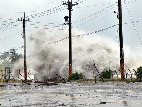 台風17号 台湾灯会で設置された40トンのメインランタンが倒壊台風17号  停電200万戸以上  重さ40トンのメインランタン倒れる/台湾