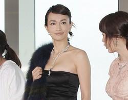 胸元が大胆に開いたドレスで登壇した長谷川京子