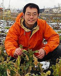 """西田栄喜(にした・えいき)   菜園生活「風来」(ふうらい)代表。大学卒業後、バーテンダーとなる。その後、ビジネスホテルチェーンの支配人業を3年間勤務。その後帰郷し、1999年、知識ゼロから起農。小さなビニールハウス4棟、通常農家の10分の1以下の耕地面積である30アールの「日本一小さい専業農家」となる。3万円で購入した農機具などで、50品種以上の野菜を育て、野菜セットや漬物などを直売。生産・加工・販売を夫婦2人でやりながら、3人の子どもたちと暮らす。借金なし、補助金なし、農薬なし、肥料なし、ロスなし、大農地なし、高額機械なし、宣伝費なしなど、""""ないないづくし""""の戦略で、年間売上1200万円、所得(利益)600万円を達成。基準金額95%未満でも105%超でも反省する「売上基準金額経営」を実践。地域とお客さんとのふれあいを大切に、身の丈サイズで家族みんなが明るく幸せになる農業を行う。著書に『小さい農業で稼ぐコツ』がある。【風来HP】http://www.fuurai.jp/"""