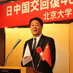 日本在住の北京大学同窓生らが作る「北京大学日本校友会」は10月31日午後、東京都内で日中国交回復40周年記念パーティーを開催した。同催しには、中国駐日本国大使館の呂小慶参事官、アジア・アライアンス・ホールディングス会長で元田中角栄首相秘書官の木内昭胤氏、海江田万里衆議院議員らが出席し、祝辞を述べた。
