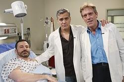 ロス先生とドクター・ハウスが! (左から)ジミー・キンメル、ジョージ・クルーニー、ヒュー・ローリー  - Randy Holmes / ABC via Getty Images