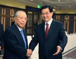 2008年に中国の胡錦濤国家主席と握手する池田大作氏この頃は、まだ健康不安説は出ていなかった(写真:新華社/アフロ)