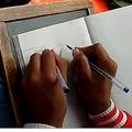 両手文字書きを教える印学校が話題に 中学2年生には別々の言語でも