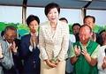 東京都知事選挙で当選確実となり、お辞儀する小池百合子氏。(時事通信フォト=写真)