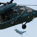 航空自衛隊のUH-60J「ブラックホーク」救難ヘリコプターおよびU-125A救難機(奥)。通常、この2機が連携して救難作戦を行う(撮影:関 賢太郎)。