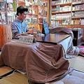 書店近くの大学に通う若者がコタツでまったり(編集部撮影)