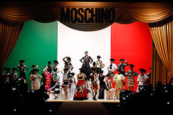 30周年モスキーノ 上海で回顧ファッションショー開催