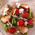 春らしさ満載 見た目も満足できる可愛らしい苺と生ハムのサラダ