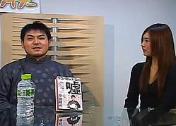 J-CAST THE FRIDAYに出演した安田峰俊さん。右は番組MCの瀬島ゆうさん