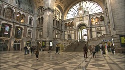 アントワープ中央駅(ベルギー)の待合ホール。中央の大階段を昇るとプラットフォームに出る。