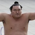 横綱日馬富士に「変化」で飼った白鵬。会場から「恥を知れ!」などと大ブーイングが起こり「本当に申し訳ないと思います」と謝罪した(写真:ロイター/アフロ)