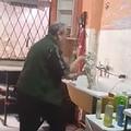 踊る!歌う!楽しげにワンコを洗うペットサロンの店主が話題に