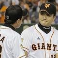 今季初勝利を挙げ、原監督(左)と握手する巨人・沢村=7月6日・東京ドーム © KYODO NEWS IMAGES