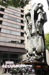 全長8メートルの実物大98式イングラムが東京・霞が関の警視庁本庁舎に登場した