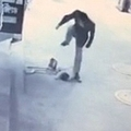 何の罪もない2歳児に男は激しい暴行を(画像はshanghaiist.comのスクリーンショット)